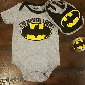 NWT Batman onesie and bib set, size 6-9 month